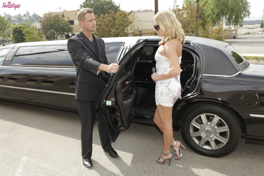 Kiara Dinae has sex with her limo driver