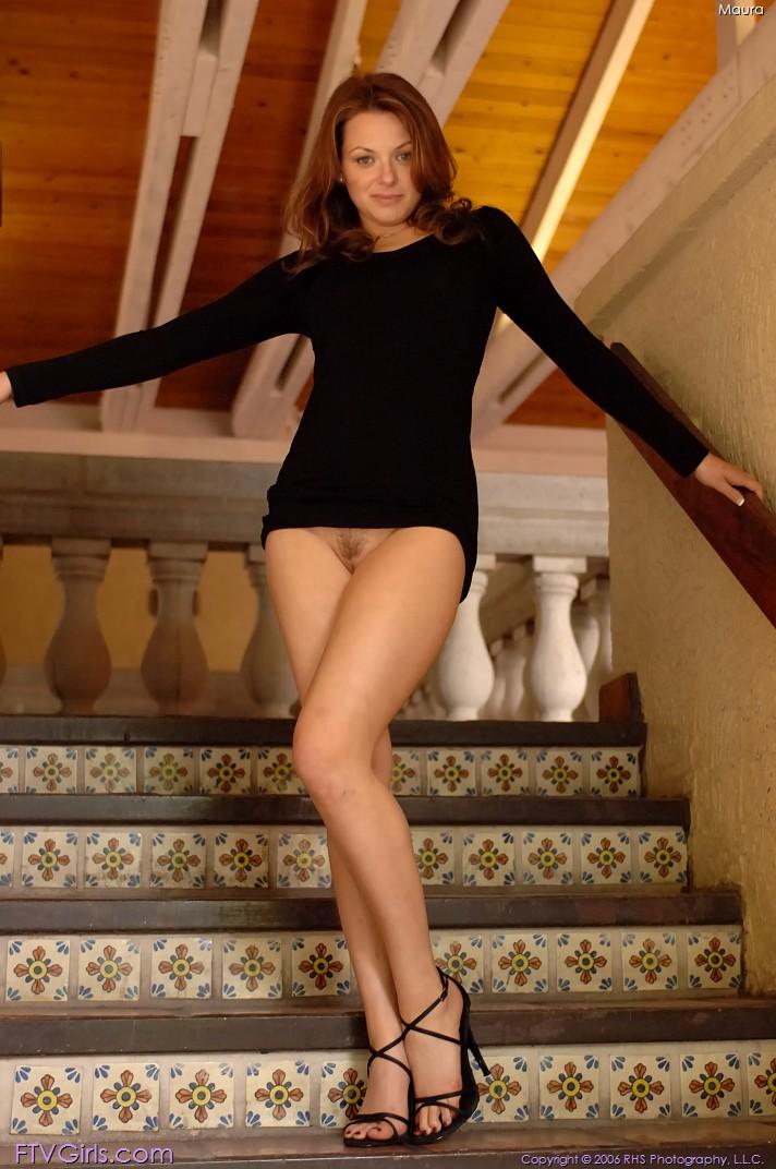 девушка прыгает короткое платье без трусиков общем есть что